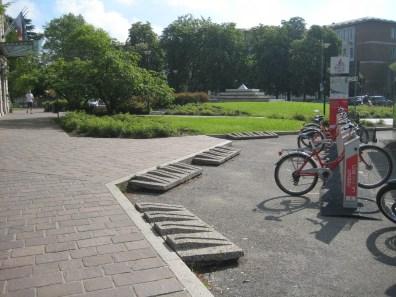 Gli stalli per biciclette all'ingresso principale del San Matteo