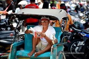 Esperando pasajeros para su Becak