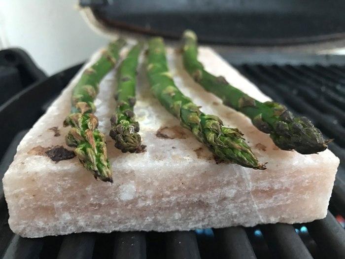 Grüner Spargel vom Salzblock