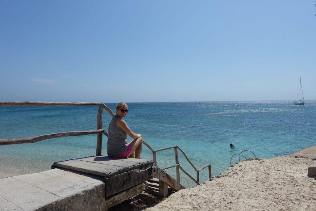 Warten auf ein Boot auf Isla Grande