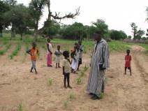 Sagar Diouf avec les enfants de Fissel