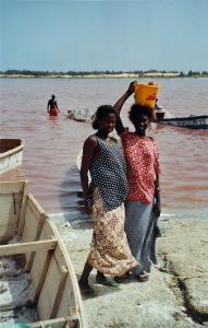 Femmes au bord du Lac Rose