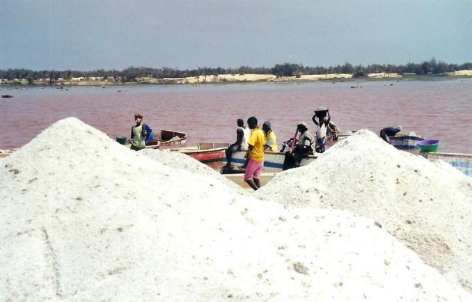 Lac Rose, les tas de sel