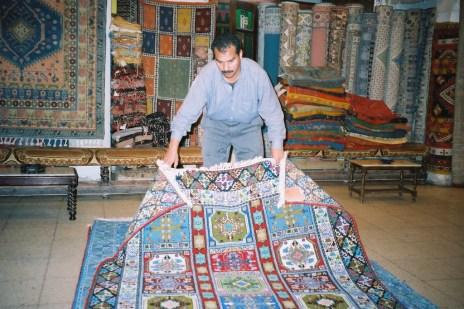 Chez un marchand de tapis...
