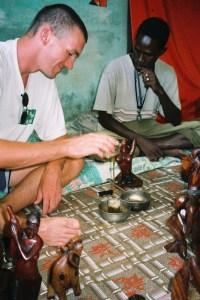 Préparation du thé sous l'oeil de Cheikh