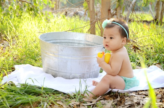 Outdoor Bubble Bath Photos 9 Month Baby Photography_3546
