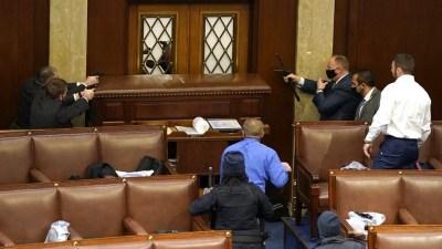 अमेरिकी संसदमा आक्रमण, एकको मृत्यू वासिंगटनमा कर्फ्यू संसद भवन सुरक्षाकर्मीको…
