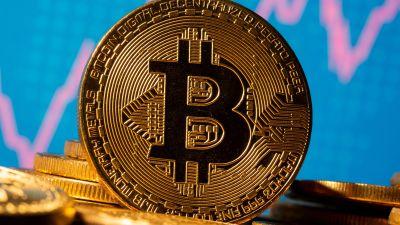 Gold rises as Bitcoin falls