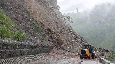 वर्षाका कारण राष्ट्रिय राजमार्ग अवरुद्ध