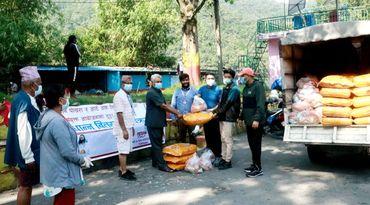 रेवान र आर्ट अफ लिभिङद्वारा फेवातालका डुङ्गा चालकलाई राहत