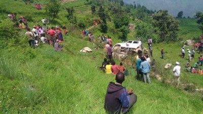जीप दुर्घटना : तीनको मृत्यु, ११ घाइते