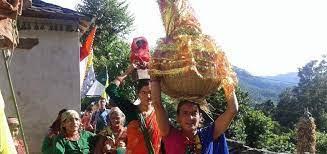 गौरादेवीको प्रतिमामा पूजा गर्दै ब्रतालु