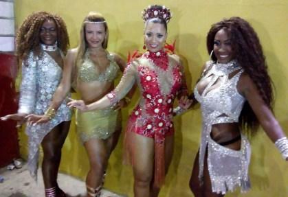 As belas Mariângela Miranda, Patrícia Barros, Luciane Soares e Suellen Oliveira, deram um show de simpatia e samba no pé, na quadra da Leão