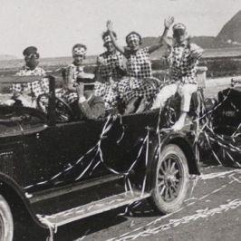 Em 1922 a folia carnavalesca já ocupava as ruas do Rio de Janeiro. Na foto, uma carreata de fantasiados ocupa a orla de Botafogo Foto: Guilherme Santos / Divulgação