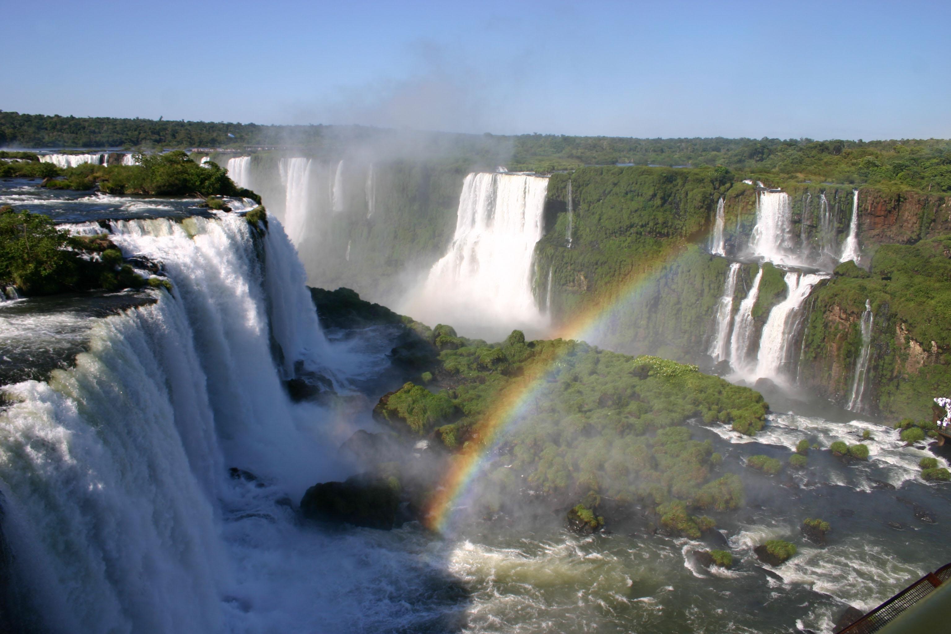 Uitzicht op een regenboog onderaan de Iguazu Falls.