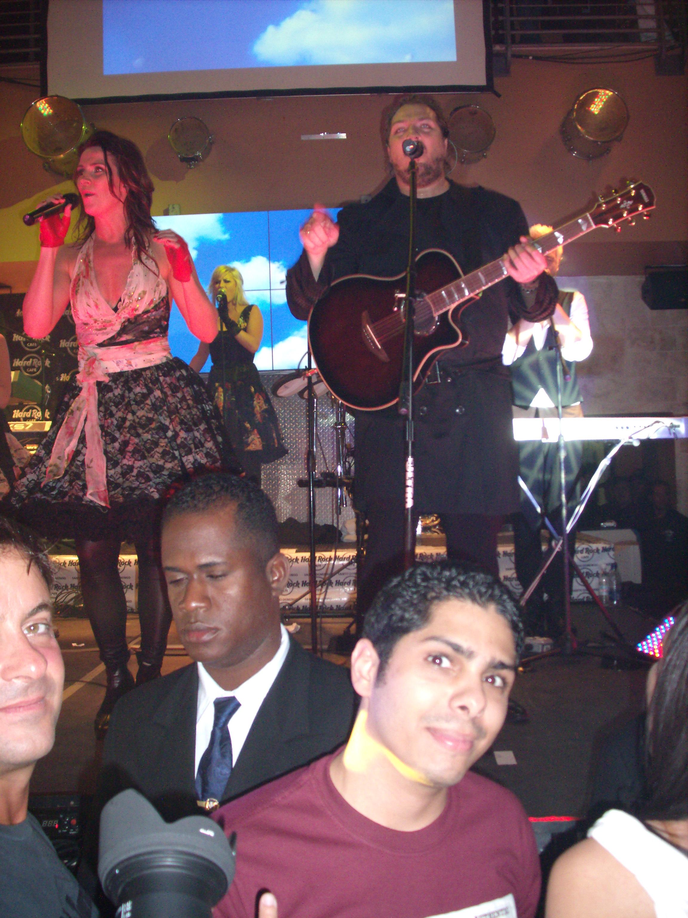 Samir Saba (yo) dsfrutando del show de Ace Of Base.