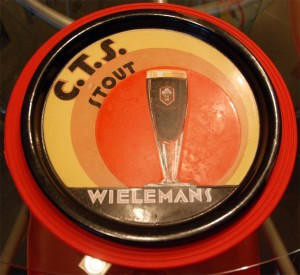 C.T.S. Stout (Wielemans): Auch hier steht das Glas mit dem Produkt im Vordergrund, selbes Design wie das Scotch, allerdings mit anderen Farben
