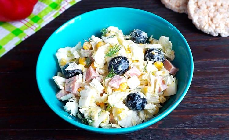Салат с пекинской капустой, маслинами и майонезом