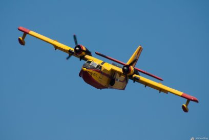 Incomming firebomber - Canadair
