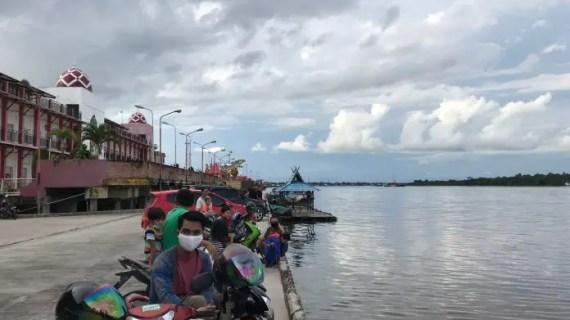 Ditengah Corona, Warga Asik Ngabuburit di Pelabuhan Mengabaikan Protokol kesehatan