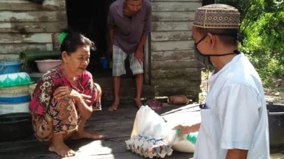 Relawan Damkar Simpang Sebabi ikut Berbagi Sembako