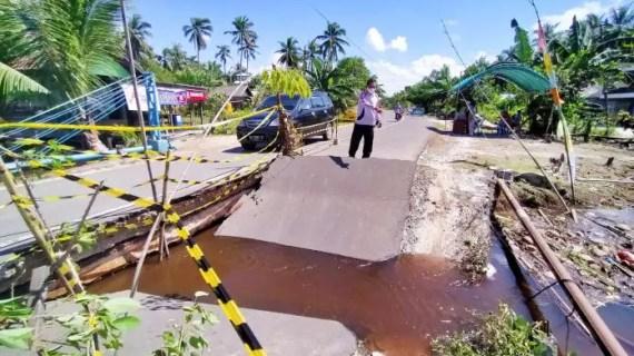 Jembatan Penghubung Antar Kabupaten Ambruk Dijanjikan Segera Diperbaiki