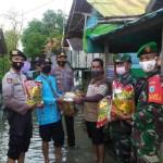 Polsek Mentaya Hulu Distribusikan Bansos ke Warga Banjir