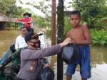 Polsek Antang Kalang Sambangi Warga Korban Terdampak Banjir di Desa Tumbang Kalang