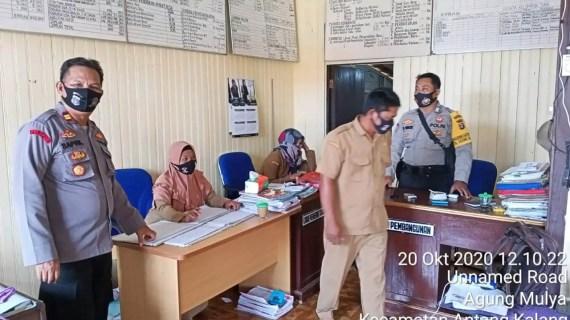 Kapolsek  Antang Kalang sambangi  Kantor Desa Agung Mulya  Sosialisasikan Prokes Covid-19