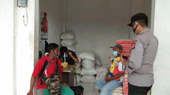 Polsek Kawasan Pelabuhan Mentaya Sambangi Pedagang di Pasar PPM