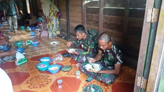 Layaknya Keluarga Besar, Satgas TMMD Makan Bersama Warga