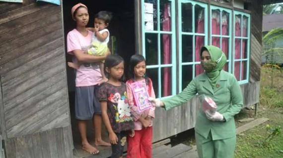 Masyarakat Pelosok Pulau Hanaut Sambut Antusias Kehadiran Persit