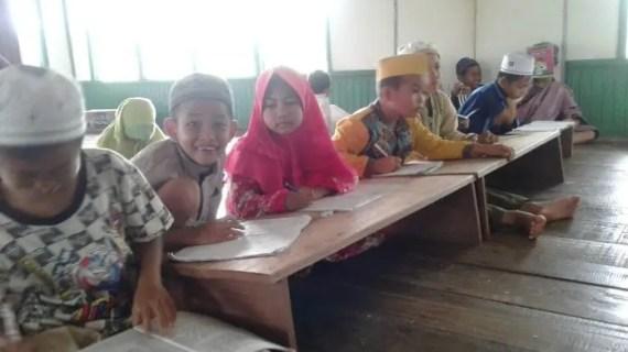 Memprihatinkan, Anak Didik Almujahiddin Desa Ganepo Belajar Alquran di Eks Masjid