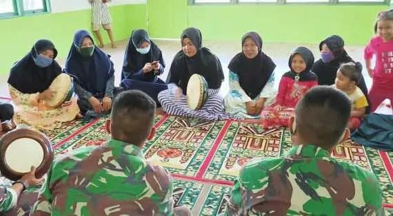 Warga dan TNI Latihan Rebana Bersama di Musala Al – Hidayah