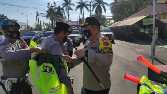 Dukung Penuh Pelaksanaan Tugas di Lapangan Kapolres Kotim Bagikan Rompi dan Flash Light Kepada Anggota Unit Patroli Polsek Jajaran