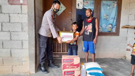 Kapolsek Mentaya Hulu Serahkan Bansos Untuk Anak Korban Tenggelam