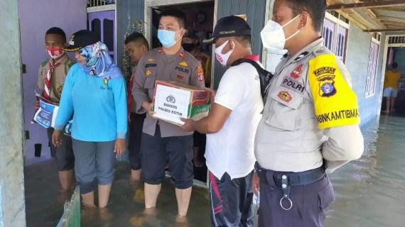Polsek Kota Besi Peduli Korban Banjir di Desa Hanjalipan
