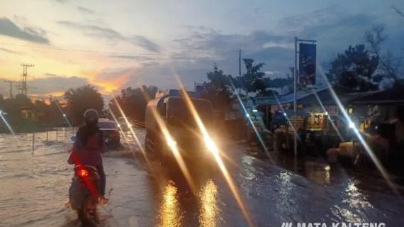 Macet, Ruas Jalan Jendral Sudirman KM 4 Sampit Masih Banjir