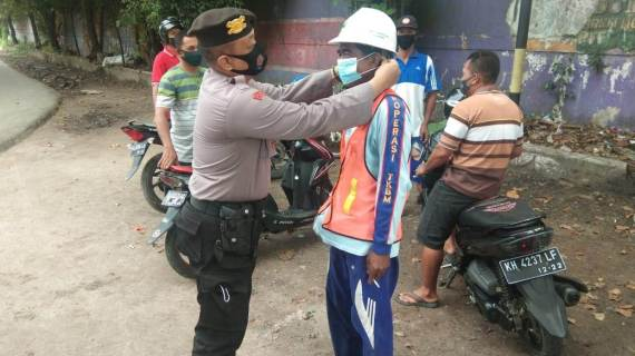 Polsek Kpm Lakukan Sosialisasi dan Bagikan Masker Pada Masyarakat Jelang Pilkada