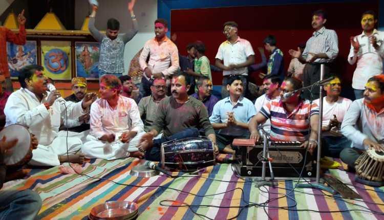 पारंपरिक गीतों पर झूमे स्वयंसेवक, होली मिलन समारोह का हुआ आयोजन