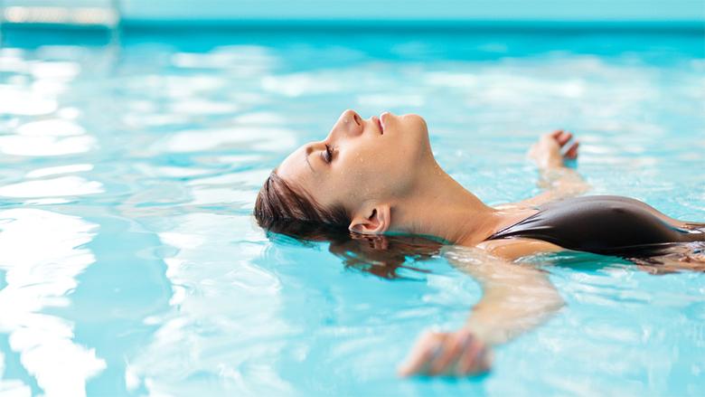Havuzda yüzmek