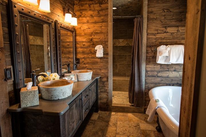 trævægge i badeværelse