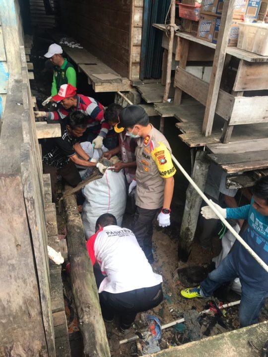 Polres Lingga Bersama DLH Dan Bakti sosial Gotong Royong Dipelabuhan Jagoh, SamuderaKepri