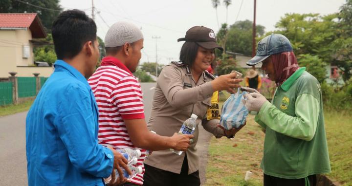 , Peringati Hari Anti Korupsi, Polisi Bersama Mahasiswa Bagikan Makanan, SamuderaKepri