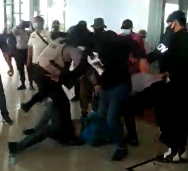 Demo di Gedung DPRD Kepri, Demo di Gedung DPRD Kepri, Mahasiswa di Pukul dan di Pijak, SamuderaKepri