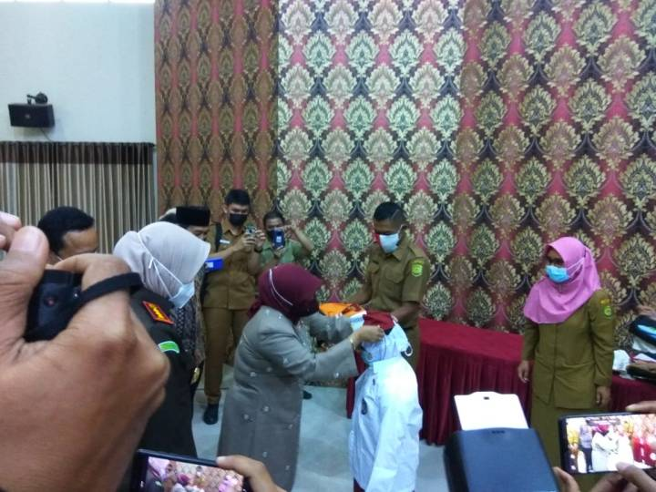 Walikota Rahma Serahkan Seragam Sekolah SD dan SMP Se-Kota Tanjungpinang, SamuderaKepri
