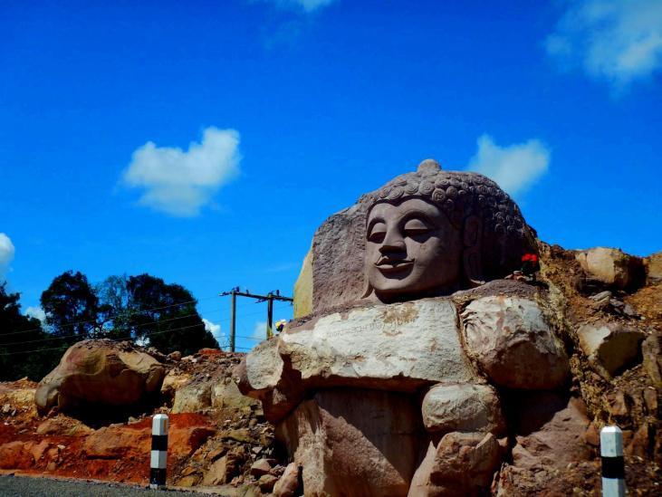 Ein in den Stein gemeißelter Budhhakopf