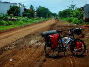 Erdpiste in Kambodscha