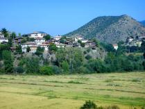 Dorf über goldenen Feldern