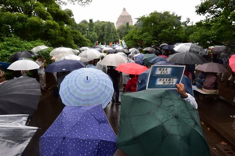 Anti Abe Demo in front of the National Assembly Building During the heavy rain, the elderly people of 27,000 people (announced organizer) gathered together!